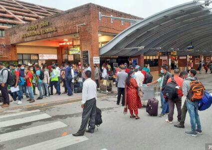 कोरोना कहरमा पनि बिदेश मोह, रोजगारीमा जानेहरुका कारण विमानस्थलमा भीडभाड